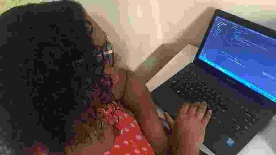 Victória usa o computador da mãe para ter melhor aproveitamento das aulas de programação - Murilo Roberto