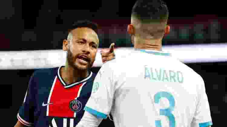 Neymar e Álvaro discutem em partida PSG x Olympique pelo Campeonato Francês - GONZALO FUENTES - GONZALO FUENTES