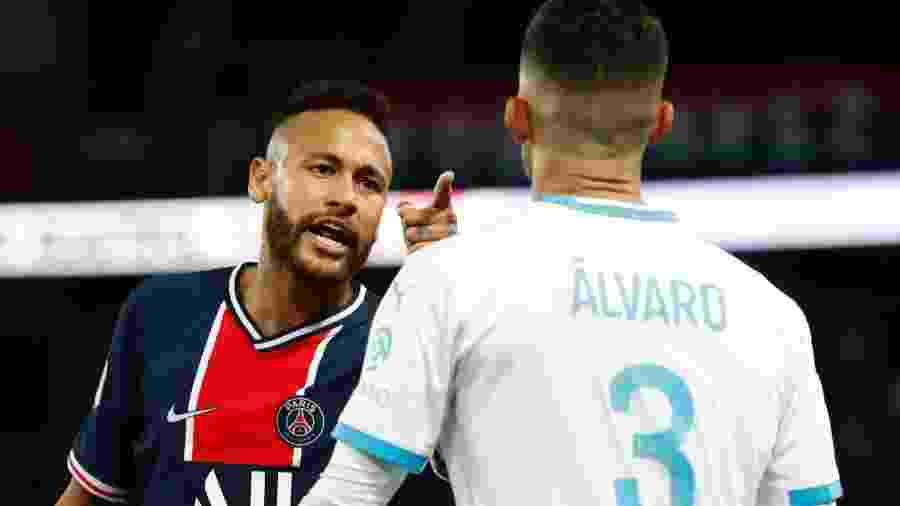 Neymar e Álvaro discutem em partida PSG x Olympique pelo Campeonato Francês - GONZALO FUENTES