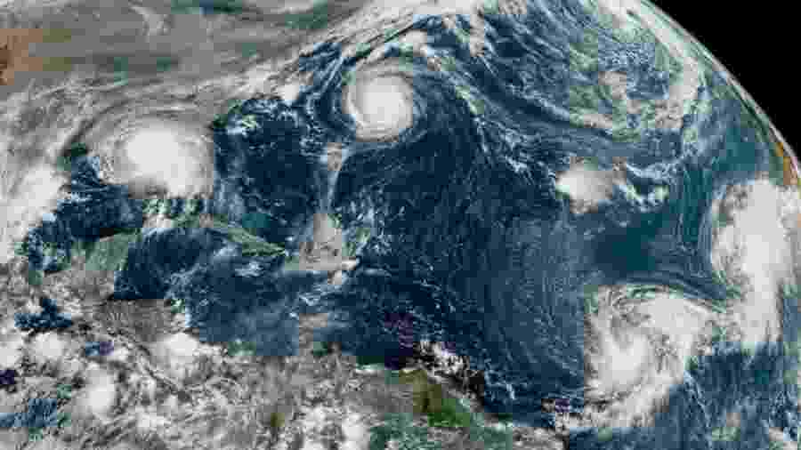 Imagem de satélite mostra formação de cinco ciclones ao mesmo tempo nos EUA, o que não ocorria desde 1971 - CENTRO NACIONAL DE FURACÕES DOS EUA