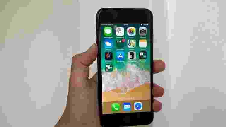 iPhone SE - mão segurando o celular da Apple - UOL - UOL
