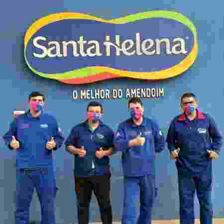 Funcionários da Santa Helena diante do logo da empresa - Divulgação/Santa Helena - Divulgação/Santa Helena