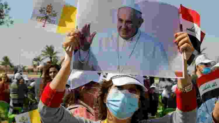 Dezenas de cidadãos se reuniram no aeroporto de Bagdá para saudar o papa - Reuters - Reuters
