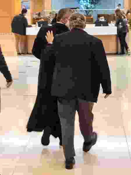 Padre João Paulo Rizek chega ao hospital acompanhado do secretário de governo Rubens Rizek - Leonardo Martins/UOL - Leonardo Martins/UOL