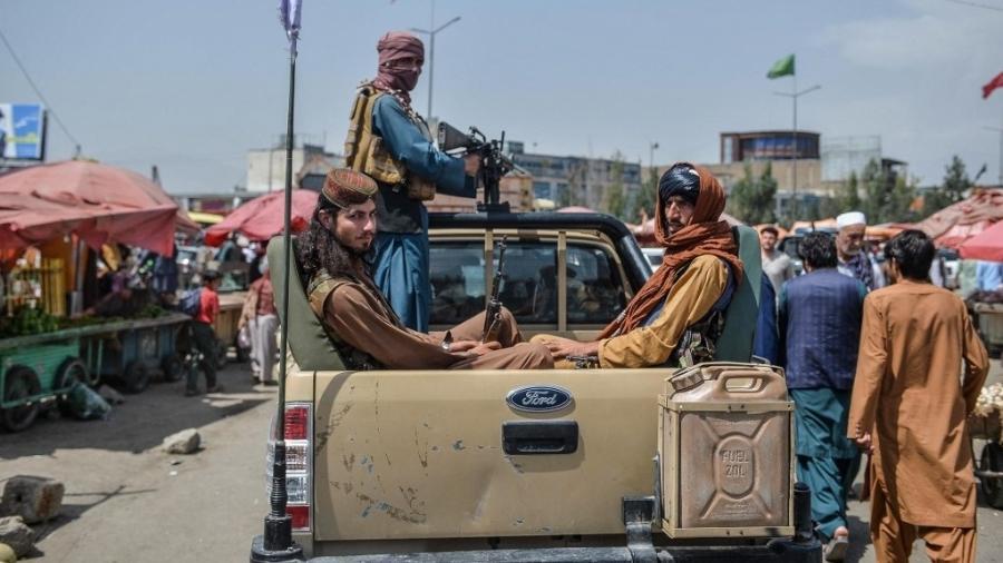 Membros do Taleban circulam armados por região de comércio popular em Cabul, no Afeganistão - Hoshang Hashimi/AFP