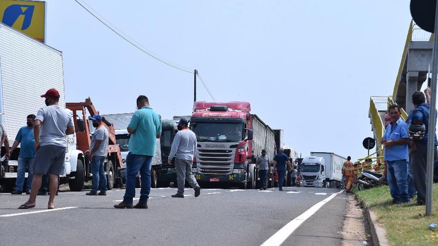 8.set.2021 - Caminhhoneiros realizam bloqueio no km 109 da BR-376, em frente ao posto Mercedes, em Paranavaí (PR) - Ivan Fuquini/ Diário do Noroeste