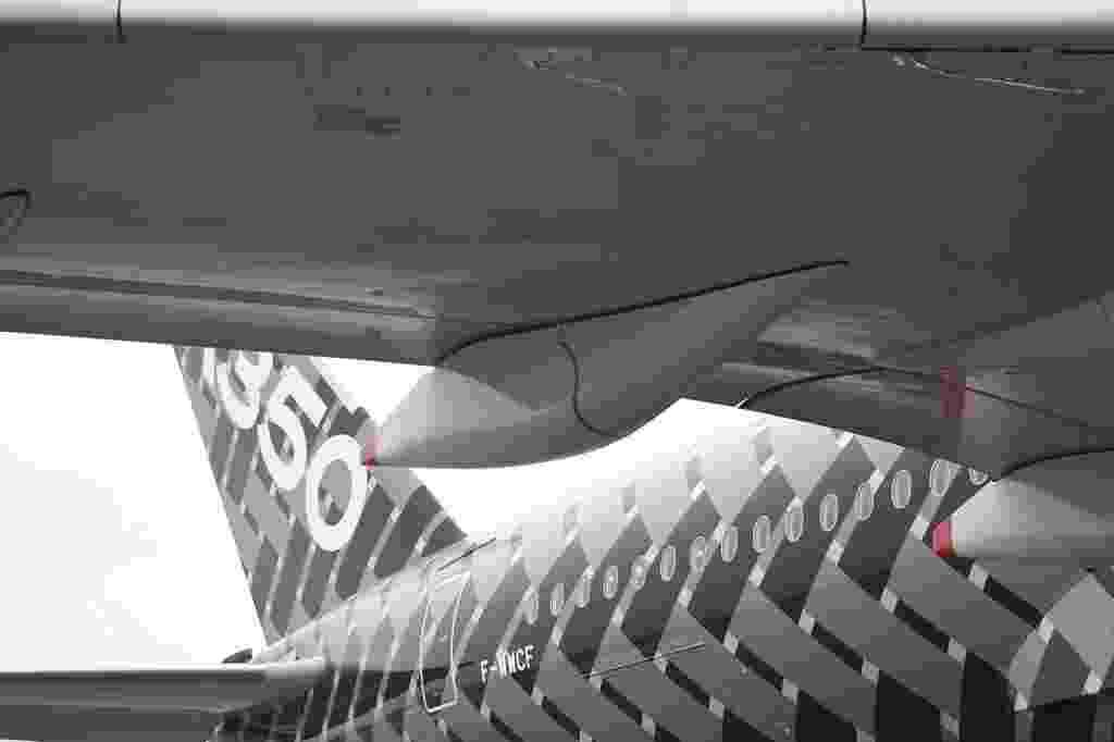 07.jun.2015 - O avião A350 XWB da Airbus chegou ao Aeroporto Internacional de Guarulhos (SP), dando início à turnê de demonstração na América. A aeronave de testes de voo MNS 2 passa também por Campinas, interior de São Paulo, e Bogotá, na Colômbia, antes de seguir para os Estados Unidos. Clique nas imagens acima para ver mais detalhes do avião - Junior Lago/UOL