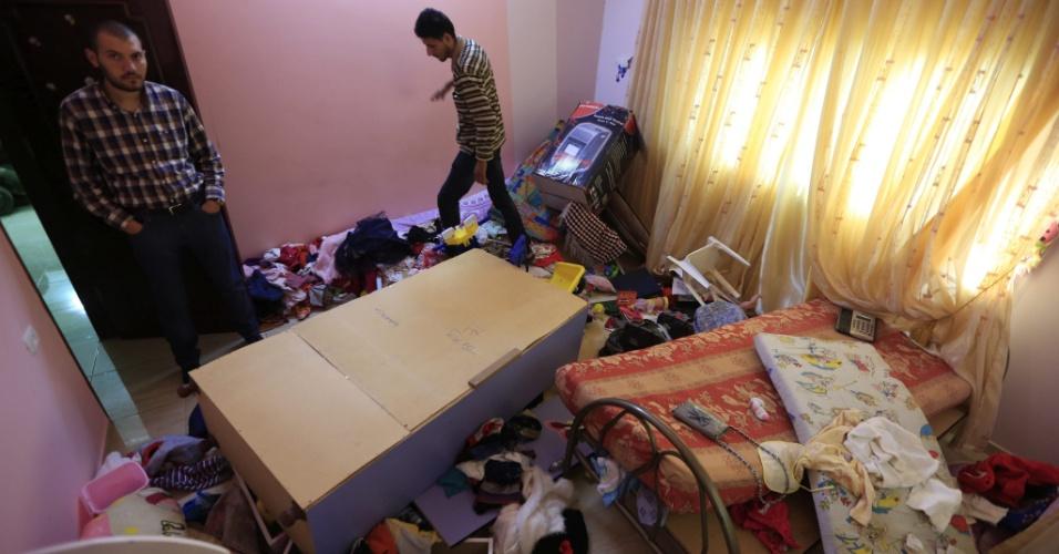 15.out.2015 - Palestinos verificam seus pertences após terem a casa em Tel, na Cisjordânia ocupada por Israel, inspecionada por soldados israelenses. Cinco palestinos foram presos durante operações de buscas na região, enquanto a tensão entre judeus e palestinos se agrava