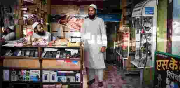 Shoaib Khan em sua loja de celulares e perfumes em Mumbai, na Índia - Asmita Parelkar/The New York Times