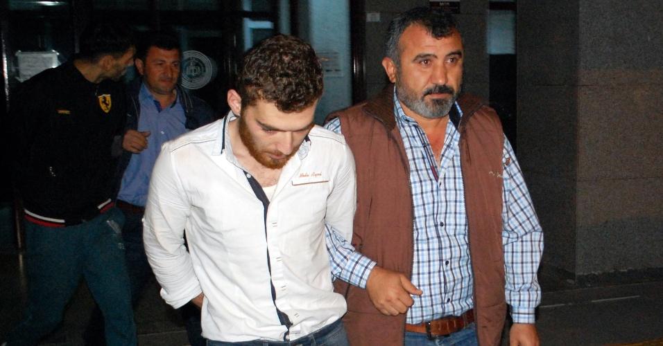 21.nov.2015 - A polícia turca deteve um belga de origem marroquina identificado como Ahmed Dahmani (de camisa branca), em Antalya (Bélgica). O jovem é suspeito de envolvimento na preparação dos atentados de 13 de novembro em Paris, na França, que deixaram 130 mortos