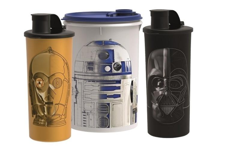 A Tupperware também criou uma linha de produtos com o tema, que estarão disponíveis no catálogo da marca a partir de 31/12. O copo C-3PO (470ml) custa R$ 29; o guarda-suco R2-D2 (1l) sai por R$ 33 e o copo Darth Vader (470ml) custa R$ 29