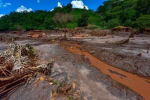 Lama e destruição permanecem distrito de Paracatu, em Mariana, mais de dois meses após o rompimento da barragem de rejeitos