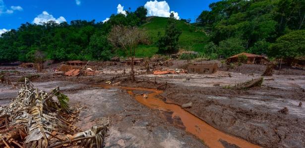 17.dez.2015 - Lama e destruição permanecem distrito de Paracatu, em Mariana (MG)