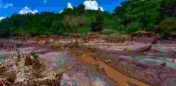 17.dez.2015 - Lama e destruição permanecem distrito de Paracatu, em Mariana (MG), mais de 40 dias após o rompimento da barragem de rejeitos em Bento Rodrigues. A lama cobriu 1.430 hectares em regiões das cidades de Mariana, Barra Longa e Rio Doce - Lucas Lacaz Ruiz/Estadão Conteúdo