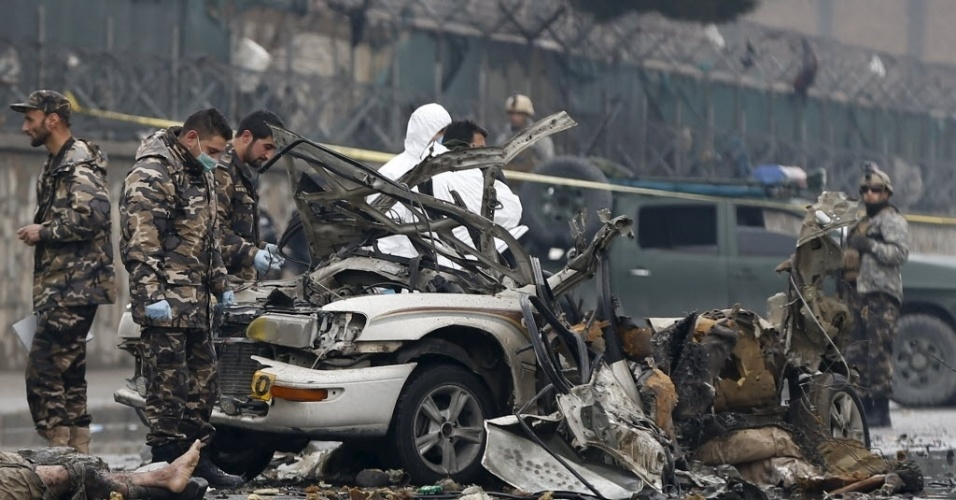 4.jan.2016 - Policiais investigam os destroços de um veículo usado em um ataque suicida em Cabul, no Afeganistão. Um homem-bomba se explodiu, mas não causou outras vítimas