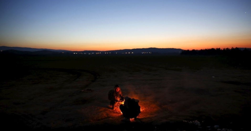 30.jan.2016 - Imigrantes afegãos se aquecem perto de fogueira em um campo na Grécia, neste sábado. Eles tentam atravessar a fronteira com a Macedônia. Segundo a ONU (Organização das Nações Unidas), 55,6 mil imigrantes já atravessaram o mar Mediterrâneo em direção à Europa apenas em 2016