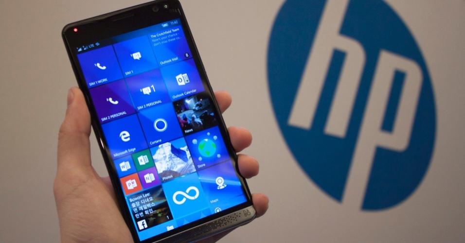 21.fev.2016 - A HP lançou o Elite x3, smartphone com Windows 10 Mobile com tela de 5,95 polegadas e resolução Quad HD, acompanhada por um alto-falante frontal da Bang & Olufsen. Por dentro, processador Snapdragon 820, 4 GB de RAM, 64 GB de armazenamento expansível e bateria de 4.150 mAh. A HP criou ainda um dock para o usuário transformar o smartphone em PC