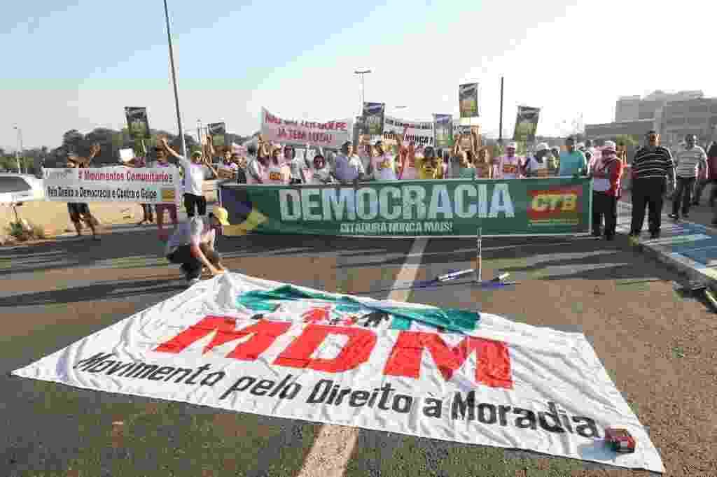 15.abr.2016 - Manifestantes protestam contra o impeachment da presidente Dilma Rousseff, na ponte das Bandeiras, zona norte de São Paulo. Os deputados federais começam a analisar no plenário da Câmara, na manhã desta sexta-feira (15), se abrem ou não o processo de impeachment - Luiz Carlos Murauskas/Folhapress
