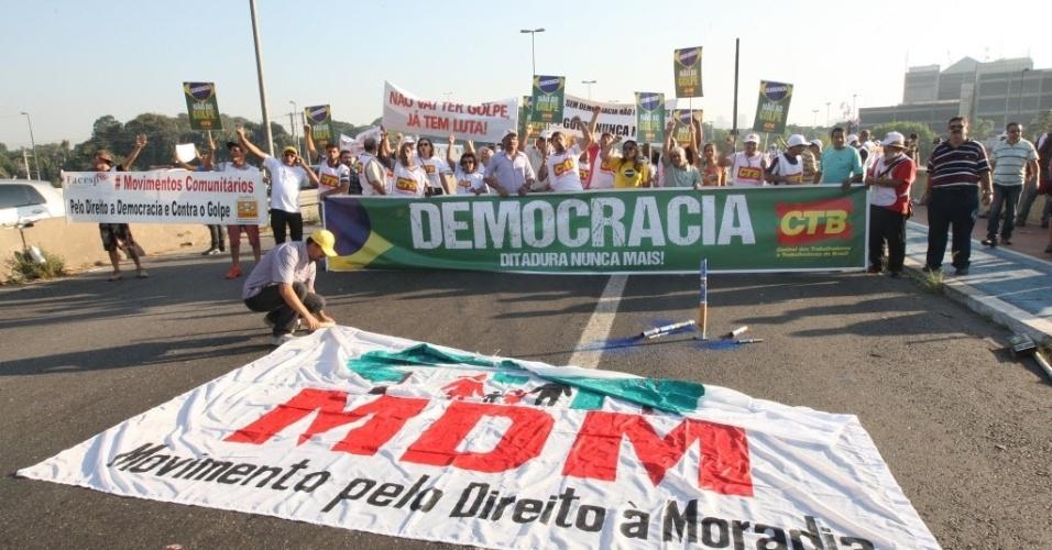 15.abr.2016 - Manifestantes protestam contra o impeachment da presidente Dilma Rousseff, na ponte das Bandeiras, zona norte de São Paulo. Os deputados federais começam a analisar no plenário da Câmara, na manhã desta sexta-feira (15), se abrem ou não o processo de impeachment