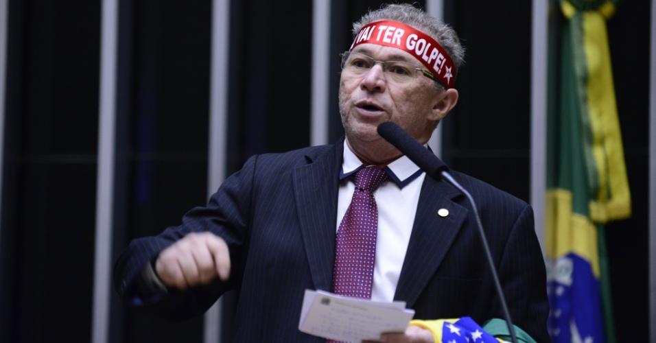 """16.abr.2016 - Com faixa na cabeça com a frase """"Não vai ter golpe"""", o deputado Assis Carvalho (PT-PI) discursa contra o impeachment da presidente Dilma Rousseff (PT)"""