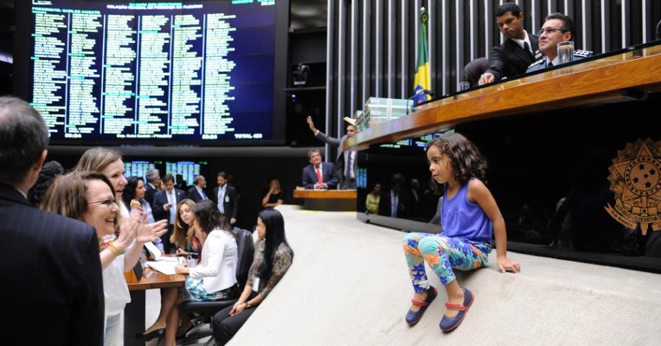 16.abr.2016 - Menina usa tribuna do plenário da Câmara dos Deputados como escorregador durante sessão que debate o processo de impeachment da presidente Dilma Rousseff. Com 35 horas ininterruptas de duração, a sessão de discussão do parecer sobre a abertura de processo de impeachment contra a presidente Dilma Rousseff já é considerada a mais longa da história da Câmara dos Deputados