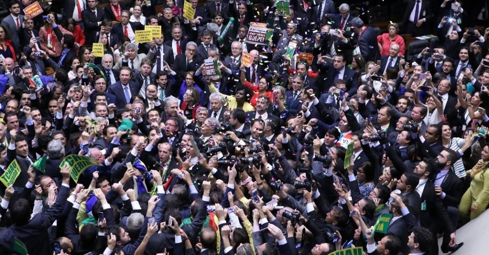 17.abr.2016 - Deputados festejam com papéis picados a aprovação da continuidade do processo de impeachment contra a presidente Dilma Rousseff (PT)