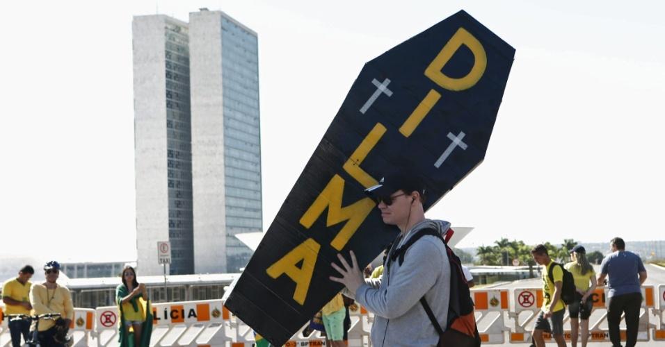 17.abr.2016 - Manifestantes favoráveis ao impeachment da presidente Dilma Rousseff começam a se concentrar em área na Esplanada dos Ministérios, em Brasília