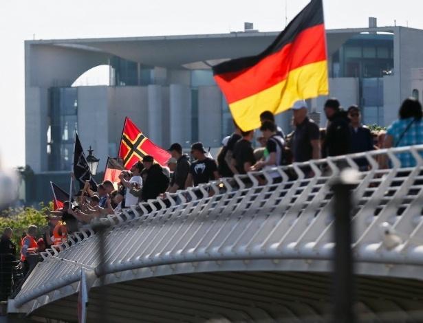 Cerca de 2 mil manifestantes de extrema-direita marcham em Berlim, Alemanha, para exigir a renúncia da chanceler Angela Merkel
