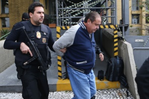 24.mai.2016 - O ex-tesoureiro do PP (centro) é conduzido para a realização de exame de corpo de delito no IML de Curitiba