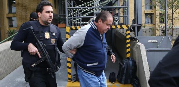 O ex-tesoureiro do PP (Partido Progressista), João Claudio Genú (centro), é conduzido para realização de exame de corpo de delito no IML de Curitiba