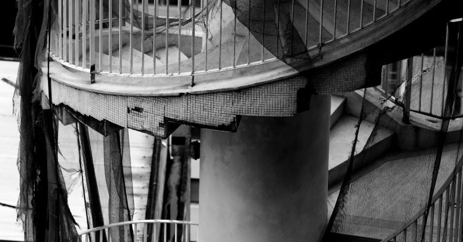 24.mai.2016 - O prédio foi projetado pelo arquiteto Oscar Niemeyer, com a colaboração de Carlos Alberto Cerqueira Lemos. O projeto inicial consistia em um edifício residencial de 30 andares e outro em que funcionaria um hotel com 600 apartamentos. Os dois seriam interligados, mas apenas o residencial acabou saindo do papel