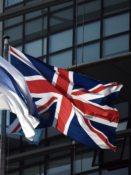 A bandeira britânica tremula ao lado das bandeiras de outras nações da União Europeia diante do Parlamento Europeu em Estrasburgo, na França - Frederick Florin/AFP