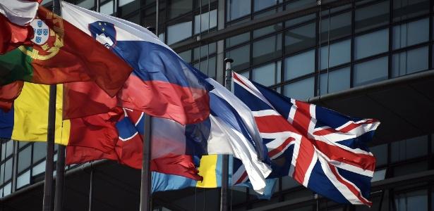 9.jun.2016 - À direita, a bandeira britânica tremula ao lado das bandeiras de outras nações da União Europeia diante do Parlamento Europeu em Estrasburgo, na França
