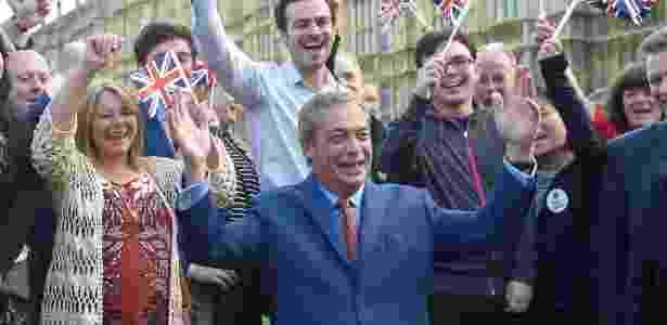 Nigel Farage, líder do UKIP (Partido da Independência do Reino Unido), faz uma declaração depois da decisão do Reino Unido de abandonar a União Europeia - Toby Melville/Reuters