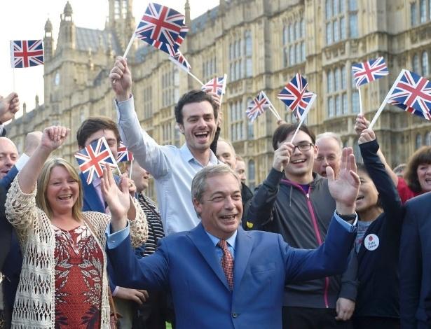 Nigel Farage (de terno azul), líder do Partido da Independência do Reino Unido (UKIP), comemora decisão do Reino Unido de sair da União Europeia