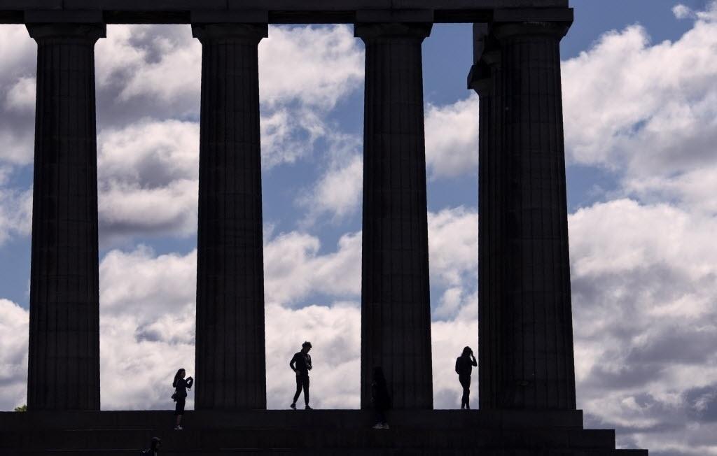 27.jun.2016 - Grupo visita o Monumento Nacional da Escócia em Calton Hill, no centro de Edimburgo. O governo escocês informou que irá buscar obter o maior apoio do Parlamento do país para preservar seus laços com a União Europeia apesar do resultado do referendo que definiu a saída do Reino Unido da UE