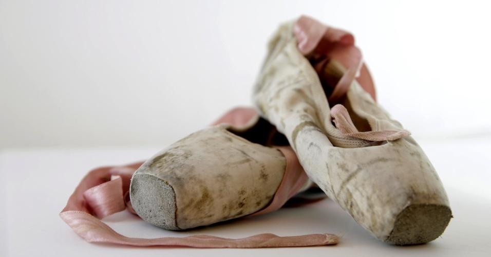 """8.jul.2016 - Essas sapatilhas de balé fazem parte de um acervo de mais de 2.800 itens formado por brinquedos, cartas, fotografias, diários e pacotes de comidas dados por ajuda humanitária. Os objetos foram doados por pessoas que viveram a infância na Bósnia dos anos 1990. O material compõe o Museu Itinerante da Infância na Guerra da Bósnia. """"Meu sonho de infância de me tornar bailarina nunca se tornou realidade, mas meu amor pelo balé perdura assim como essas sapatilhas de ponta"""", diz Mela, que nasceu em 1984"""