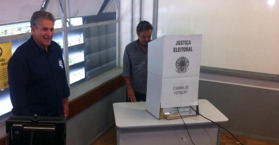 2.out.2016 - O senador Aécio Neves (PSDB) vota acompanhado do candidato tucano João Leite em Belo Horizonte