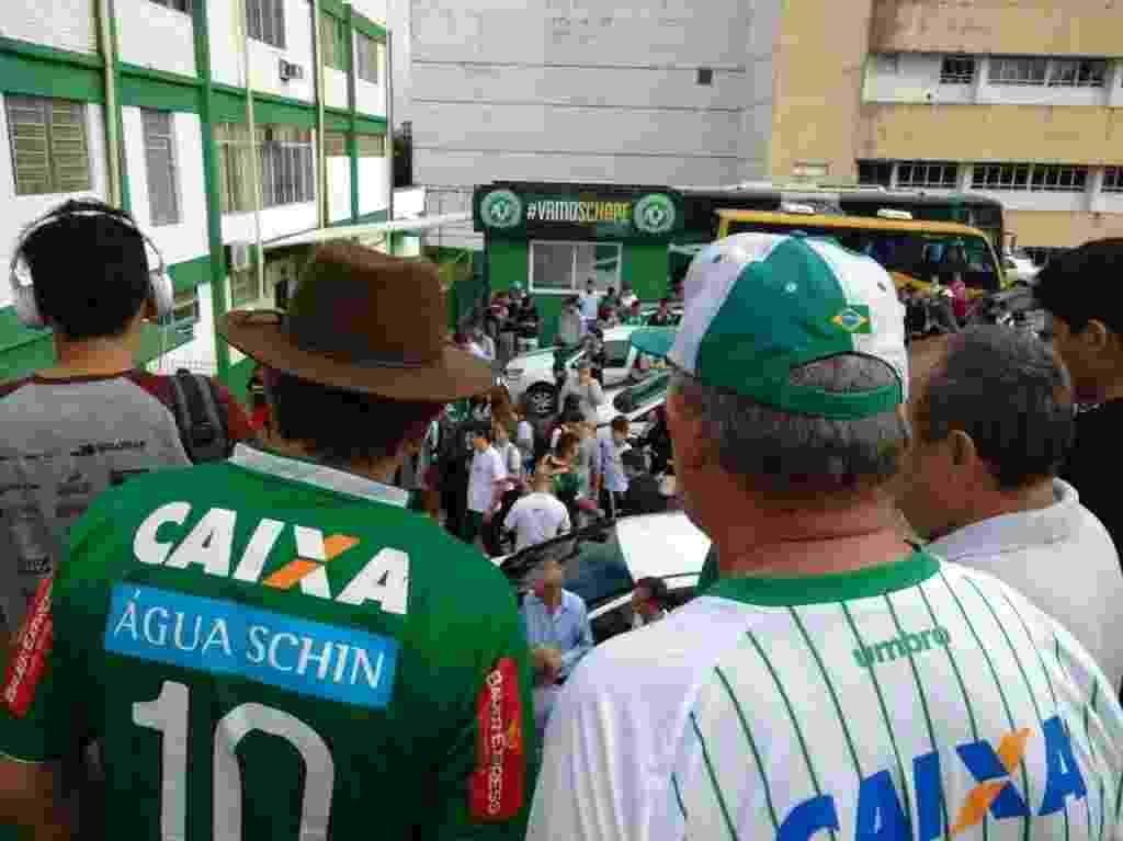 Torcedores se concentram na Arena Conda, casa da Chapecoense, a espera de noticiascom o acidente do aviao que caiu na Colombia - Rafaela Menin/Folhapress