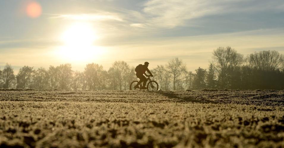 8.dez.2016 - Ciclista passa perto da vila Olching na Bavária em Munique, na Alemanha