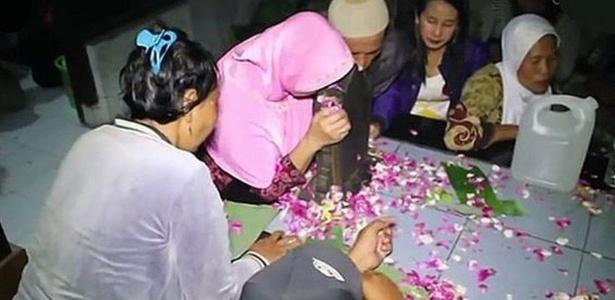 Orações e flores dão início a ritual