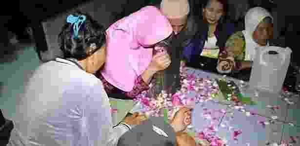 Orações e flores dão início a ritual  - SBS