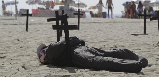 Parentes de policiais mortos fazem protesto na praia de Copacabana, na zona sul do Rio de janeiro
