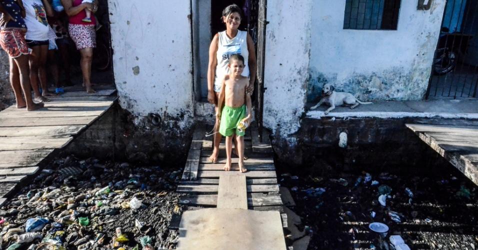"""3.fev.2017 - Edjane Lima, 28, mora há sete anos no bairro da Levada. Ela e os três filhos sofrem com o esgoto jogado na porta de casa.?Meus filhos só vivem na UPA [Unidade de Pronto Atendimento] com diarreia, febre, dor de cabeça. Até a água encanada está fedendo"""""""