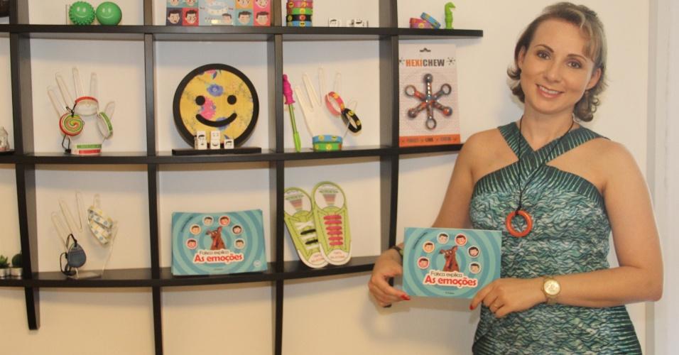 A advogada Cristiane Carvalho criou pulseiras com emojis e com números em alto-relevo para conseguir se comunicar com o filho autista. Desde outubro do ano passado ela tem o site Teraplay, especializado na comercialização de produtos para crianças autistas