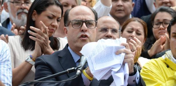 O presidente da Assembleia Nacional da Venezuela, Julio Borges, dá entrevista em Caracas