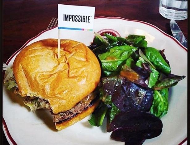 Hambúrguer de carne de laboratório no restaurante Cockscombsf, em São Francisco