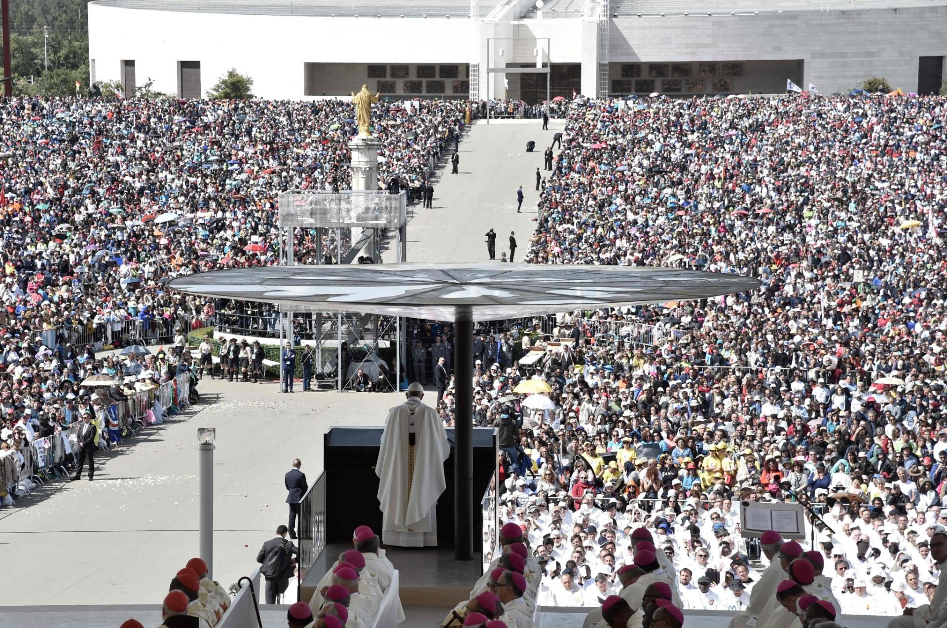 13.mai.2017 - Durante a procissão que abriu a cerimônia, os restos mortais de Jacinta e Francisco, que morreram com 9 e 10 anos, respectivamente, foram colocados no altar ao lado da imagem da Virgem