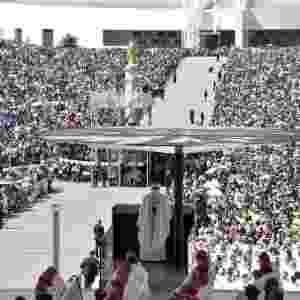 13.mai.2017 - Durante a procissão que abriu a cerimônia, os restos mortais de Jacinta e Francisco, que morreram com 9 e 10 anos, respectivamente, foram colocados no altar ao lado da imagem da Virgem - Tiziana Fabi/AFP