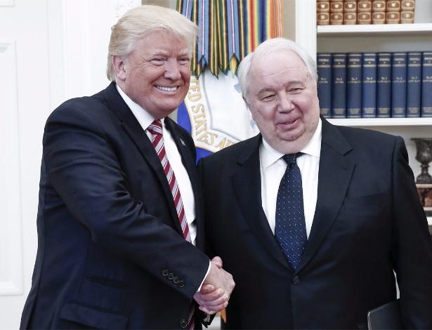 O presidente dos EUA, Donald Trump (esq.), cumprimenta o embaixador russo nos EUA, Sergei Kislyak, durante encontro no Salão Oval da Casa Branca, em maio